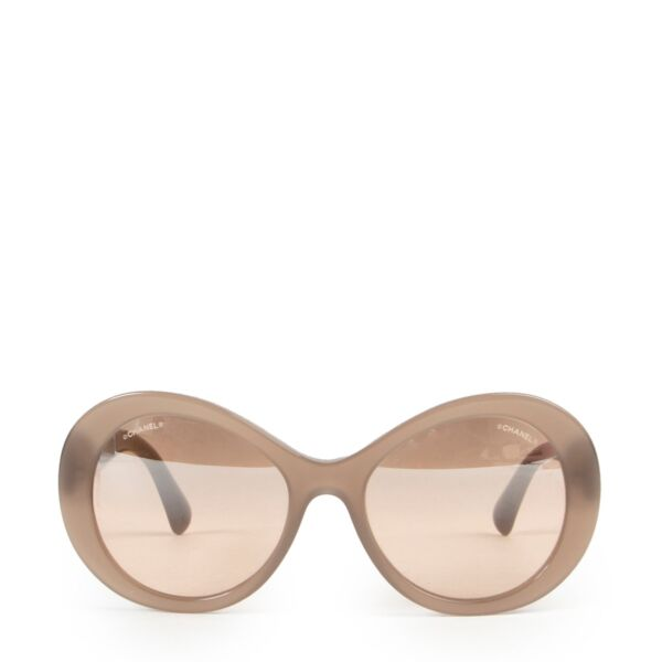 Buy and sell authentic designer accessories at Labellov for a reasonable price. Buy these Chanel Sunglasses Beige in good condition online or in store.