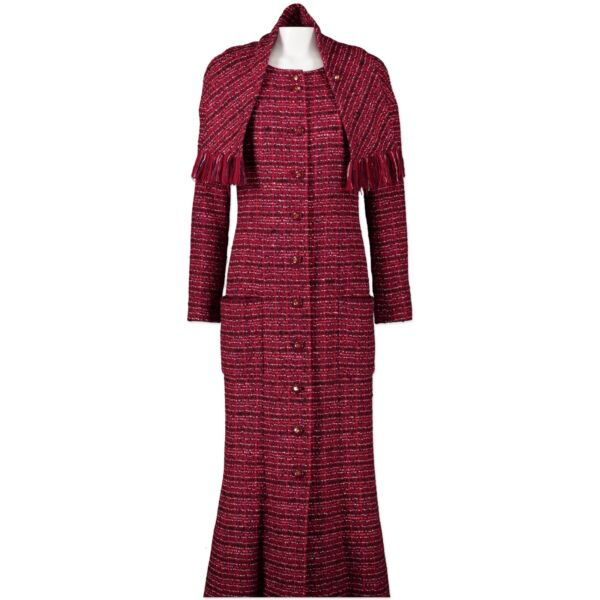 Buy this authentic second-hand vintage Chanel Long Red Bouclé Jacket at online webshop LabelLOV. Safe and secure shopping. Koop deze authentieke tweedehands vintage Chanel Long Red Bouclé Jacket  bij online webshop LabelLOV.