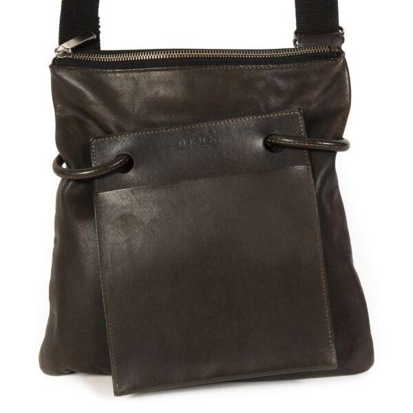 Deux de Delvaux Brown Drawstring Crossbody Bag. Buy authentic secondhand Deux de Delvaux unique bag. Koop online tweedehands Delvaux tassen bij LabelLOV Antwerpen, veilige betaling.