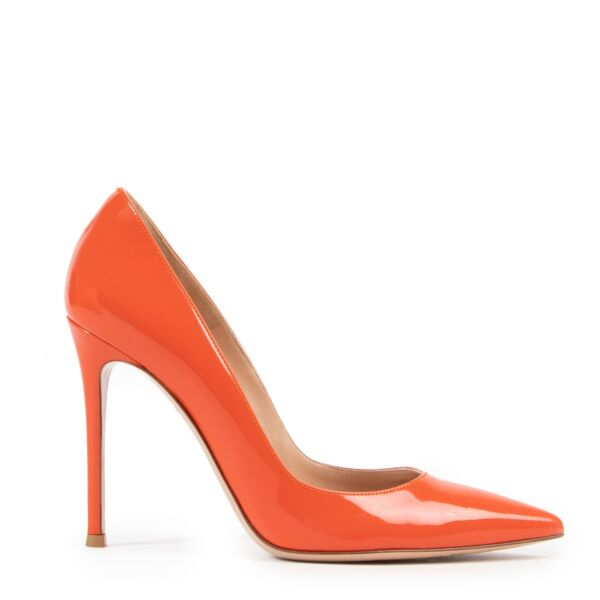 Shop online authentic second hand Gianvito Rossi Orange Patent Leather Pumps in Size 37,5 in very good condition.