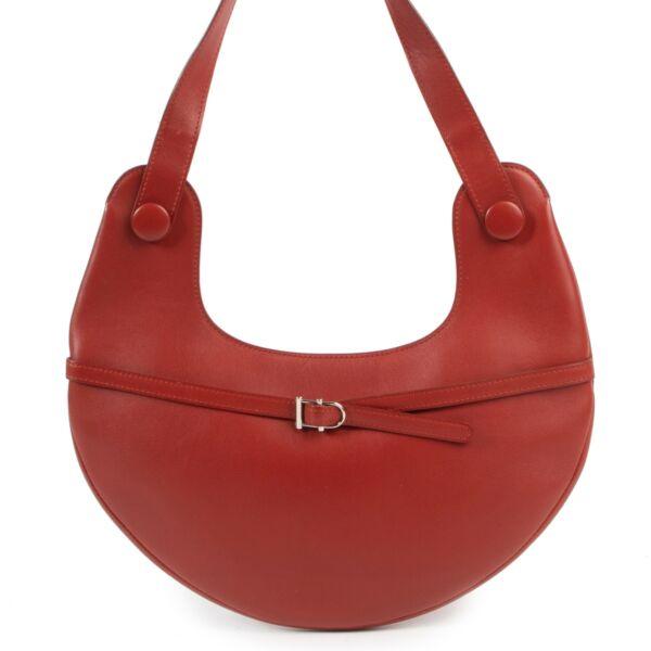Koop veilig online op labellov.com Delvaux schoudertas in rood leder.
