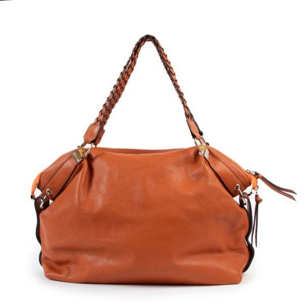 Buy these Gucci Orange Leather Shoulder bag for a reasonable price at Labellov online or in store. Koop deze Gucci Orange Leather Shoulder bag voor een redelijke prijs bij Labellov online of in de winkel.