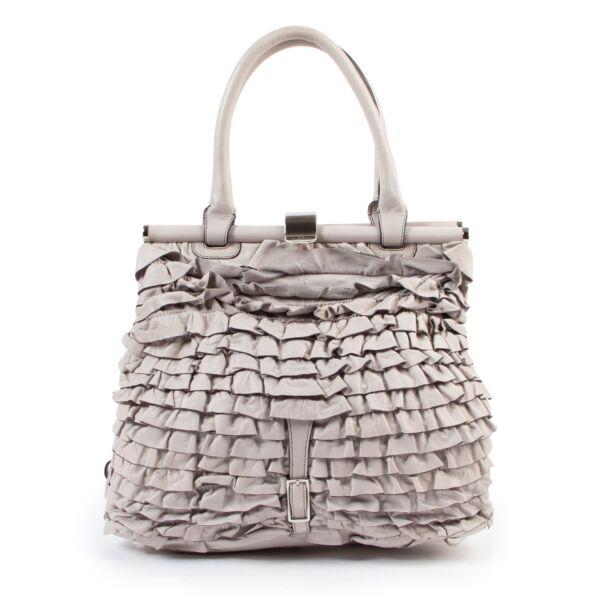Buy these Valentino Grey Ruffle Shoulder bag  for a reasonable price at Labellov online or in store. Koop deze Valentino Grey Ruffle Shoulder bag  voor een redelijke prijs bij Labellov online of in de winkel.