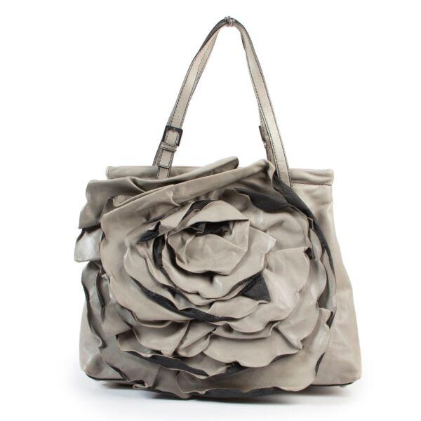 Buy these Valentino Grey Shoulder bag for a reasonable price at Labellov online or in store. Koop deze Valentino Grey Shoulder bag voor een redelijke prijs bij Labellov online of in de winkel.