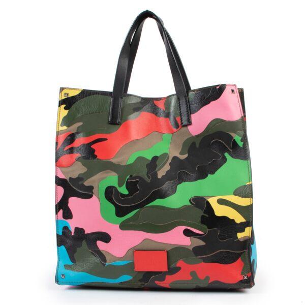 Buy these Valentino Multicolor Shoulder bag for a reasonable price at Labellov online or in store. Koop deze Valentino Multicolor Shoulder bag voor een redelijke prijs bij Labellov online of in de winkel.