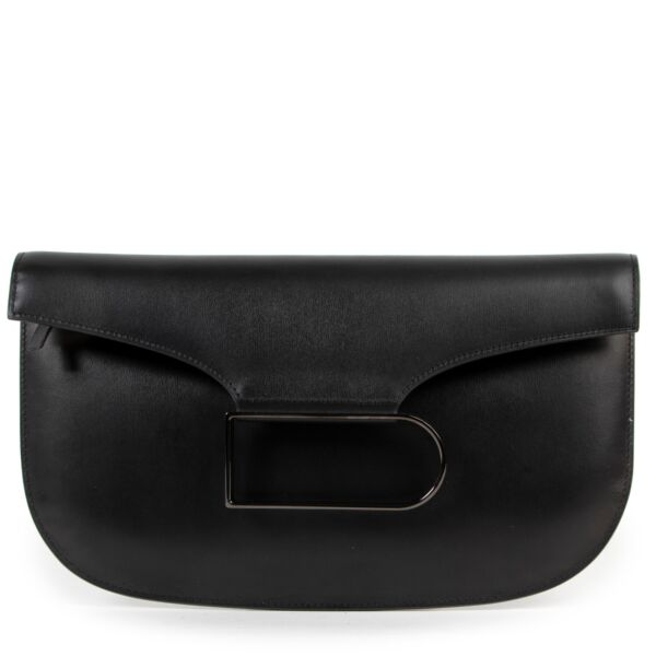 elvaux presents this Double Je clutch, ideal to take from one sizzling soirée to the next. Rendered with a sleek foldover flap, this holdall is fronted by the distinctive D-shaped buckle for a branded touch. Designer colour: Noir/Gold Black calfskin leath