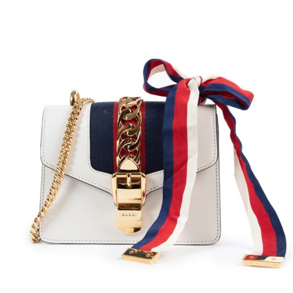 Shop safe online authentic Gucci White Sylvie Mini Crossbody Bag at the right price. Veilig online kopen van authentieke Gucci Witte Sylvie mini handtas bij Labellov.Com. Achetez en ligne second main ce sac Gucci Sylvie mini en cuir blanche chez Labellov.