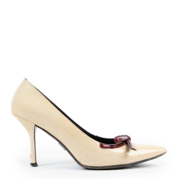 Shop safe online authentic second hand Prada Cream Patent Leather Pumps. Buy online Prada Cream Patent Leather Pumps in a safe way. Shop Prada Cream Patent Leather Pumps online safely.