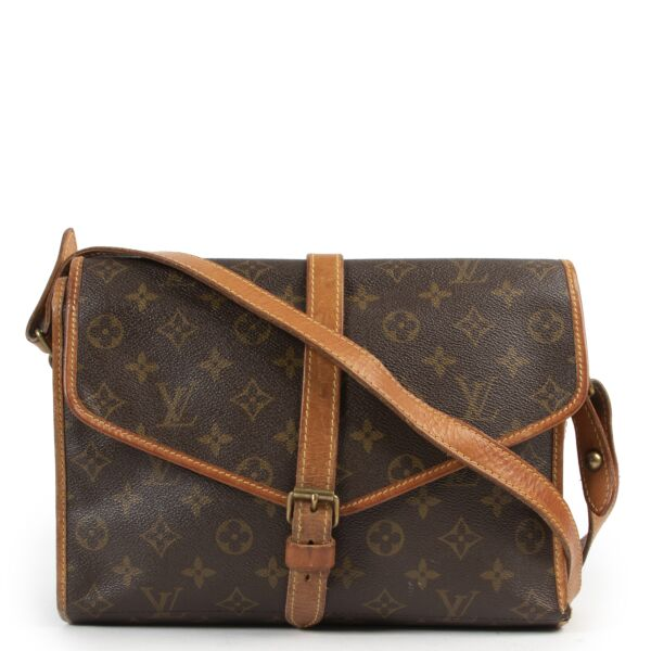Shop safe online an 100% authentic second hand Louis Vuitton Monogram Portable Serviette Pliante Crossbody bag at the right price at Labellov in Antwerp.