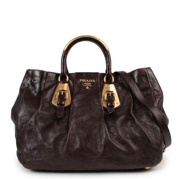 Shop safe online authentic Prada Brown Leather Shoulder Bag at Labellov.Com. Veilig online kopen van authentieke bruine Prada handtas aan de juiste prijs. Achetez en ligne second main ce sac Prada en cuir brune chez Labellov.Com.
