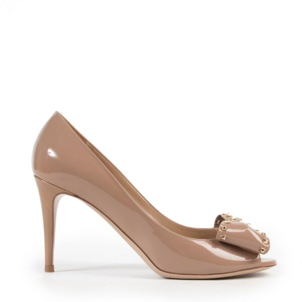 Buy online Valentino Beige Studded Bow Pumps in a safe way. Shop authentic Valentino Beige Studded Bow Pumps online safely. Shop second hand Valentino Beige Studded Bow Pumps online.