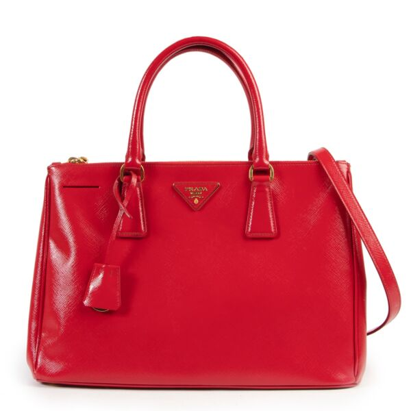 Shop safe online 100% authentic second hand Prada Red Saffiano Patent Leather Galleria Shoulder Bag in very good condition at the right price at Labellov in Antwerp.