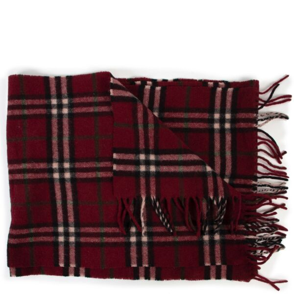 Shop safe online at Labellov in Antwerp this 100% authentic second hand Burberry Burgundy Checked Lambswool Scarf