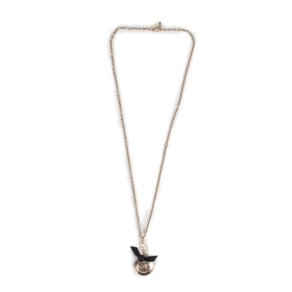 Shop safe online at Labellov in Antwerp this 100% authentic second hand Chanel Silver and Black Necklace