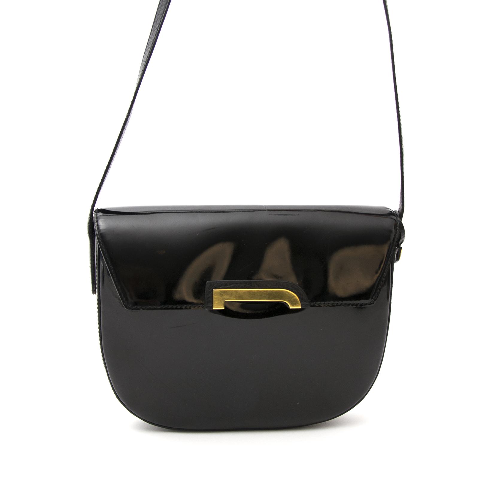 Achetez le Delvaux Black Crossbody Bag Patent Leather en ligne www.labellov.com, des prix raisonnables.