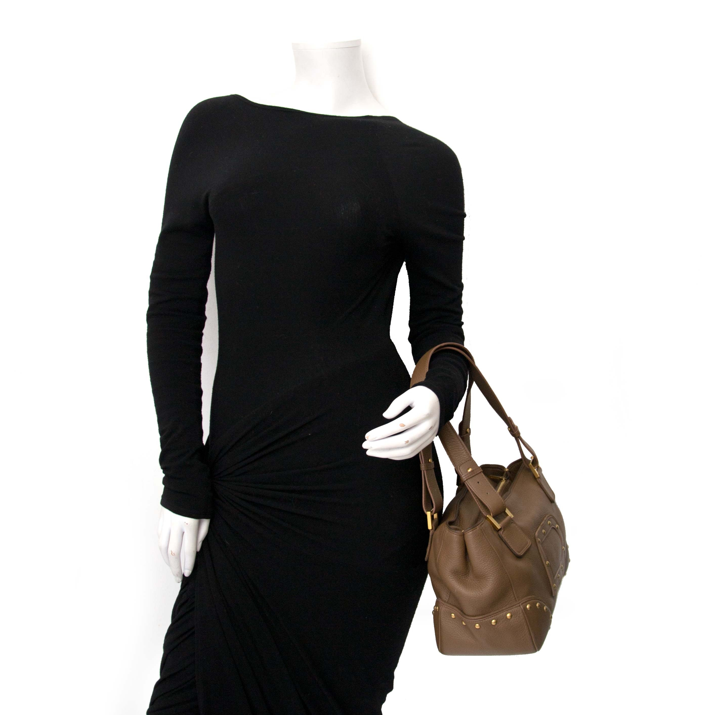 Delvaux Taupe Jaqcues Grained Leather Bag Buy authentic designer Delvaux secondhand bags at Labellov at the best price. Safe and secure shopping. Koop tweedehands authentieke Delvaux tassen bij designer webwinkel labellov.