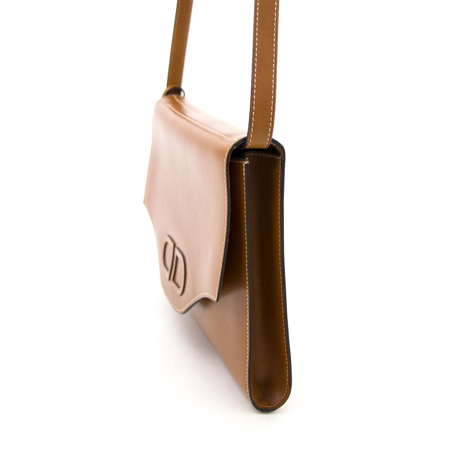 koop uw delvaux cognace schoudertas nu online bij labellov.com tegen de beste prijs