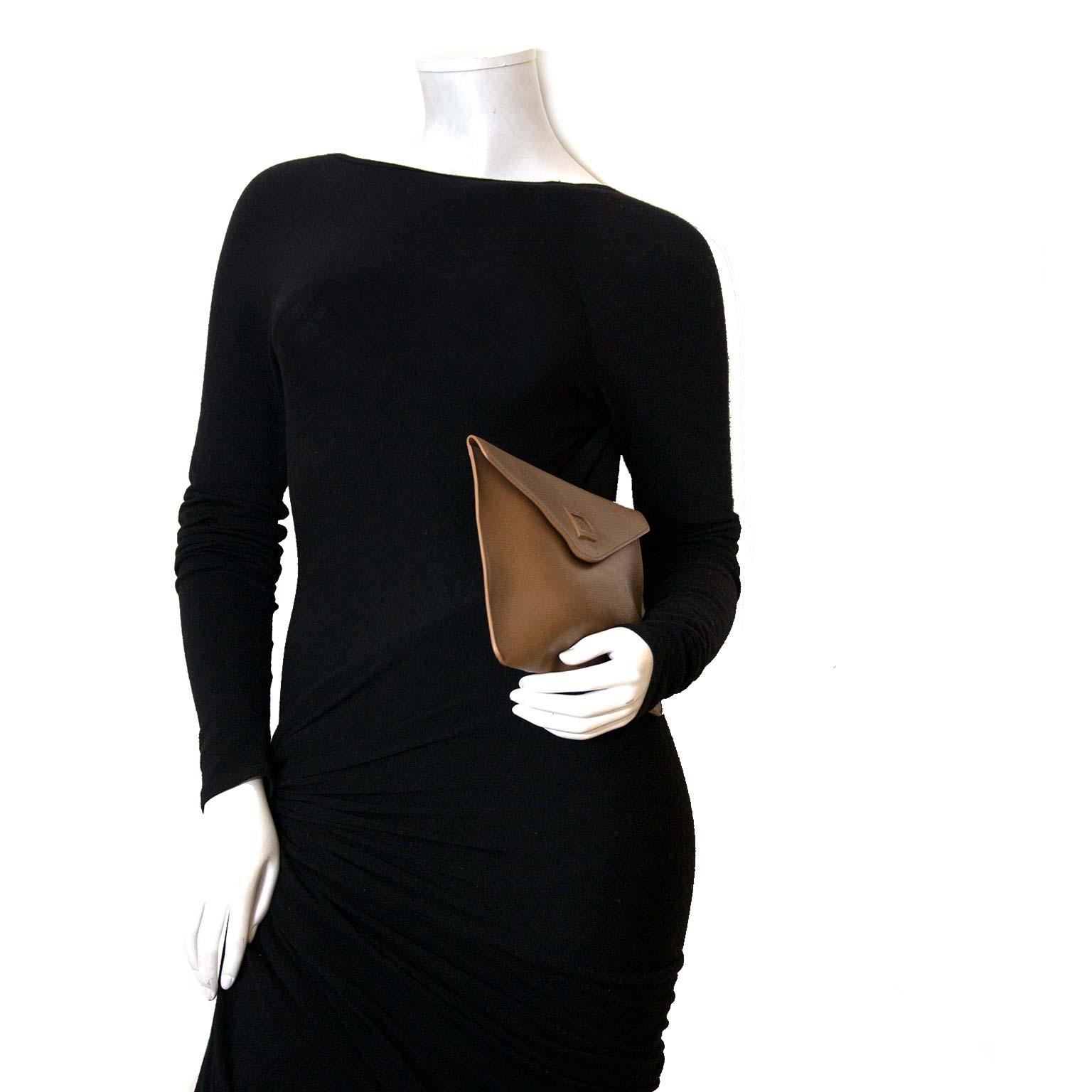 Delvaux Taupe Leather Clutch pour le meilleur prix chez Labellov à Anvers Belgique pour le meilleur prix