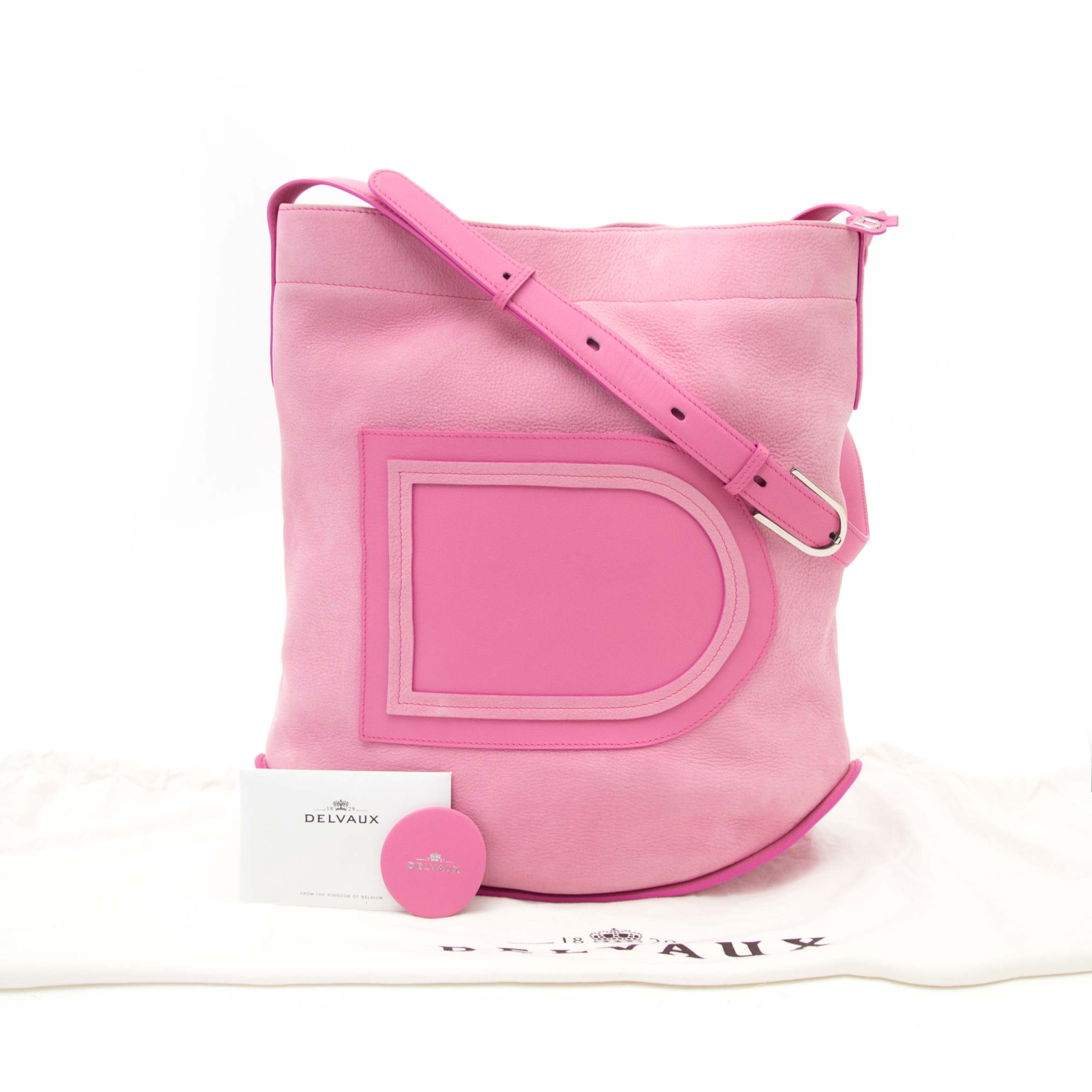 Acheter en ligne chez labellov.com for the best price Delvaux rose allure nubuck le pin