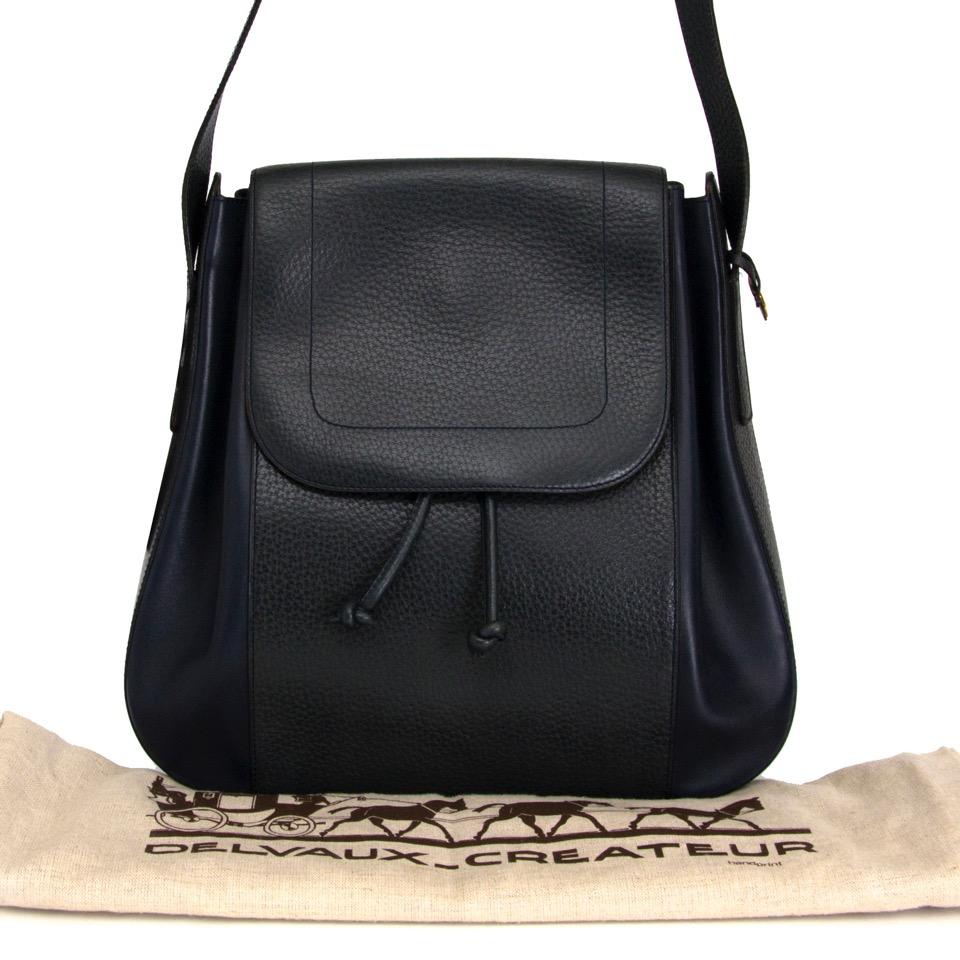 Authentieke Delvaux donker blauw en groen in leder voor de juiste prijs bij LabelLOV vintage webshop. Delvaux Dark Blue/Green shouler bag in leather. Veilig online winkelen. Luxe, vintage, mode. Antwerpen, België.