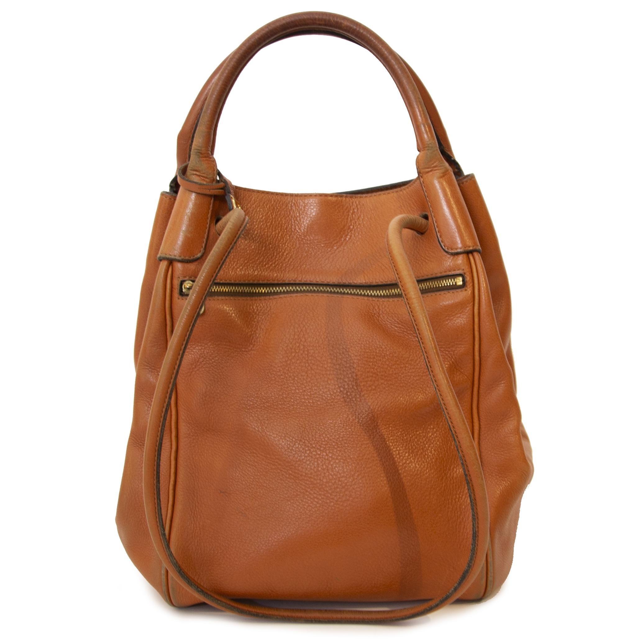 Delvaux Corail GM Camel Leather Bag. Buy authentic secondhand Delvaux bags at Labellov vintage webshop for the lowest price. Koop authentieke tweedehands Delvaux tassen bij Labellov vintage webshop aan de laagste prijs.