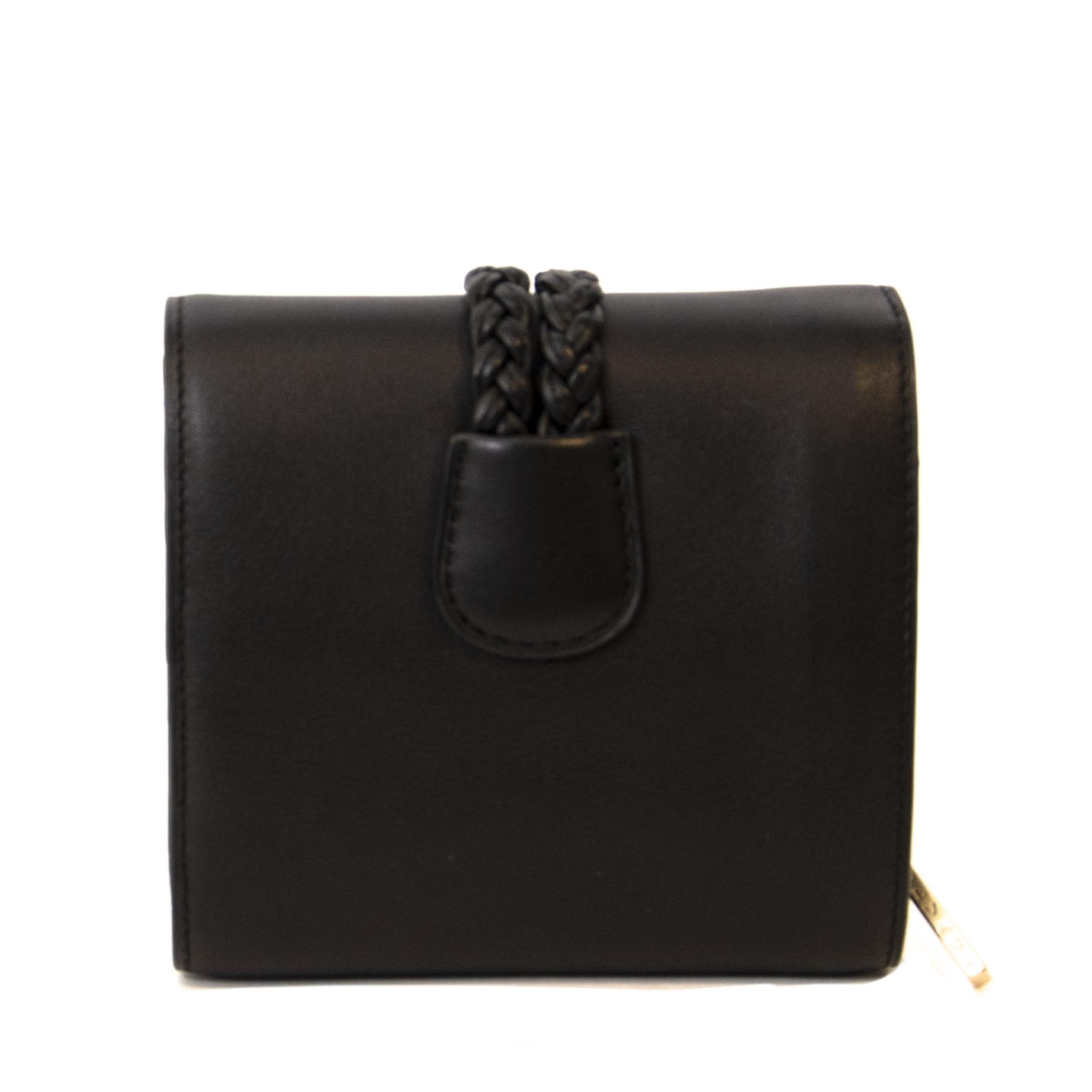 Buy authentic secondhand Delvaux handbag for the right price at LabelLOV webshop. Safe and secure shopping. Koop authentieke tweedehands Miu miu handtas voor de juiste prijs.
