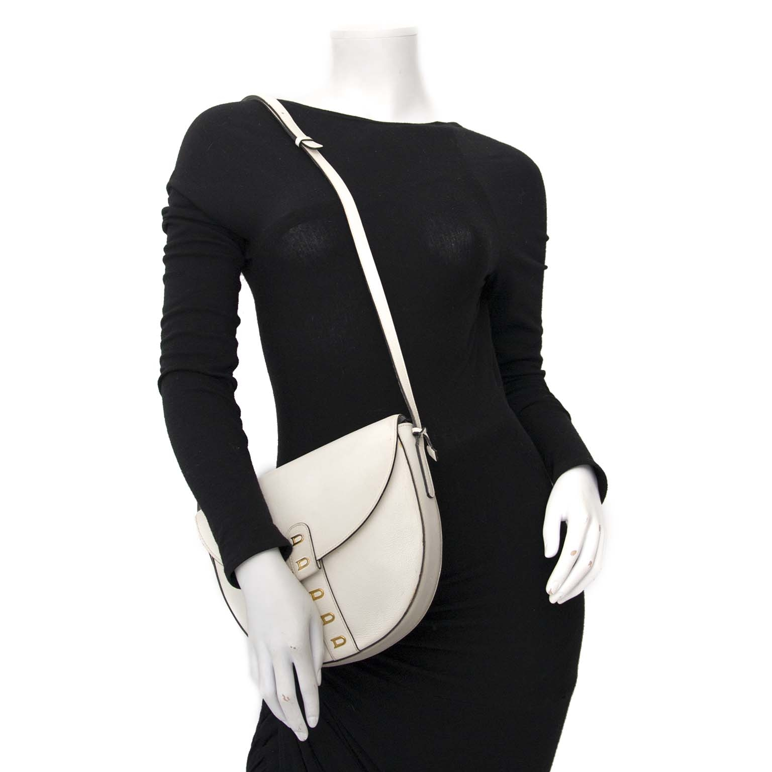 Delvaux White Leather Crossbody Saddle Bag Buy authentic designer Delvaux secondhand bags at Labellov at the best price. Safe and secure shopping. Koop tweedehands authentieke Delvaux tassen bij designer webwinkel labellov.