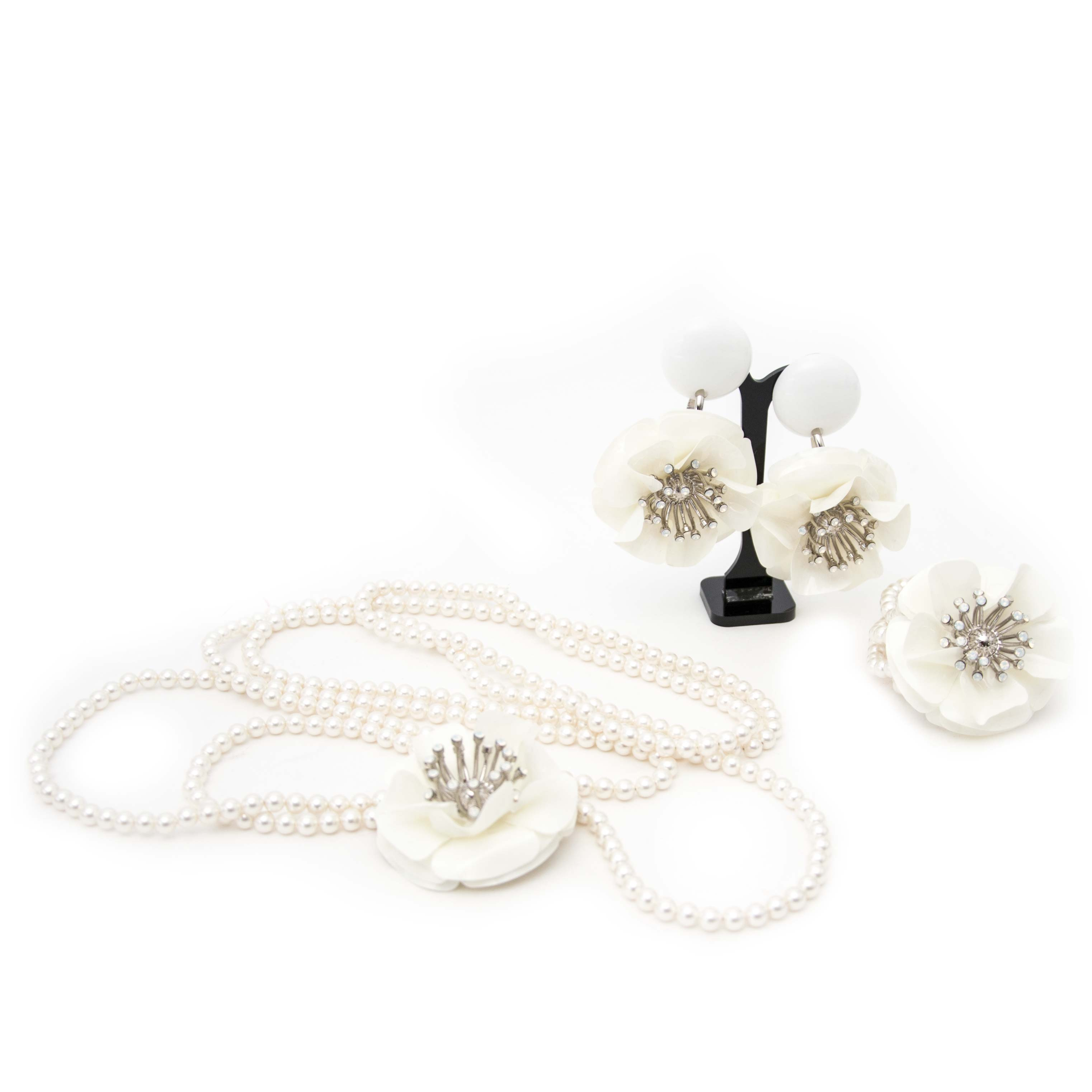 acheter en ligne Miu Miu White Flower Necklace, Earring, Bracelet Set