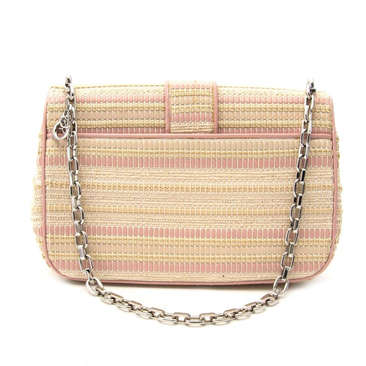 Koop authentieke tweedehands Miss Dior handtas in beige en roze aan een eerlijke prijs bij LabelLOV. Veilig online shoppen.