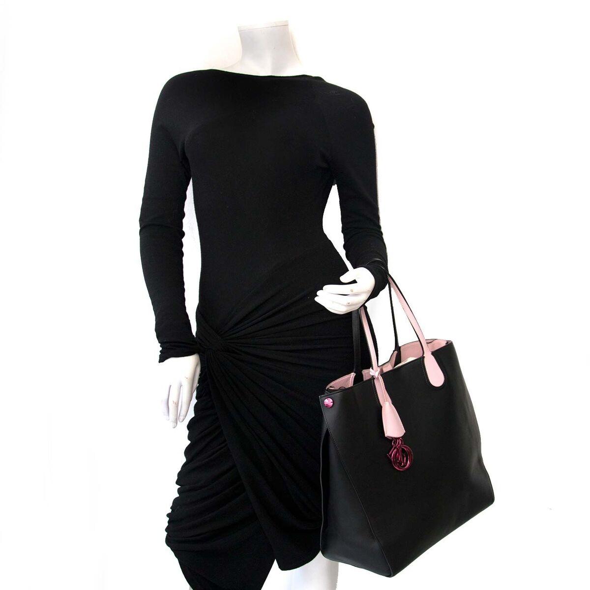 Kaufen Sie authentische Second Hand Dior Black und Pink Tasche zu einem fairen Preis bei LabelLOV. Sicheres Online-Shopping.
