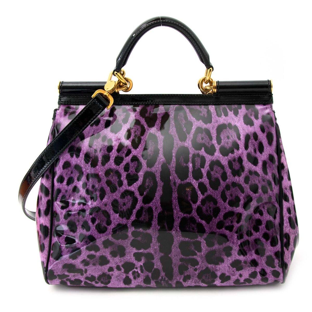 Koop authentieke tweedehands Dolce & Gabbana paarse leaopard Miss Sicily patent tas aan een eerlijke prijs bij LabelLOV. Veilig online shoppen.