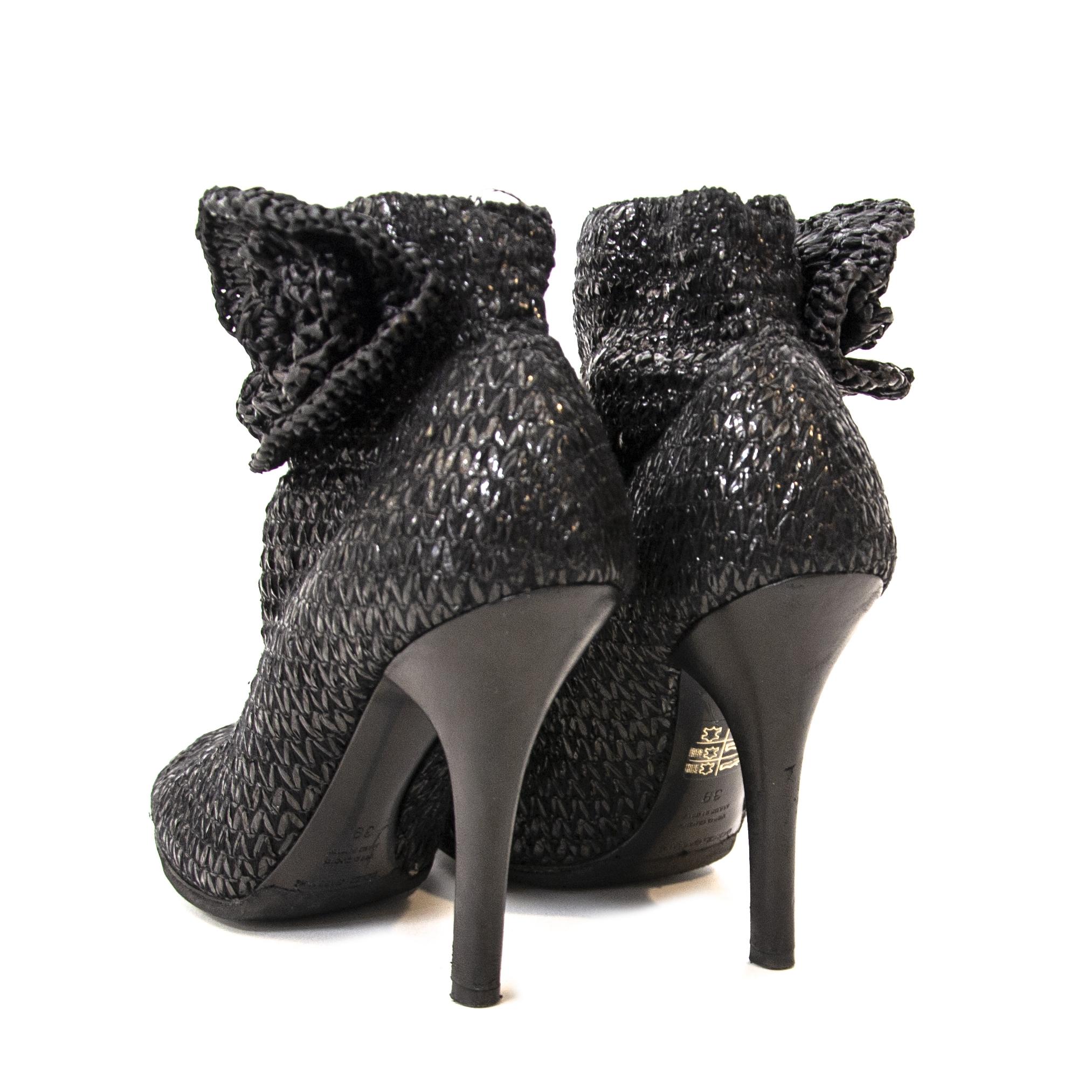 op zoek naarDolce & Gabbana Black peep toe ankle boots - Size 39? nu te koop bij labellov.com