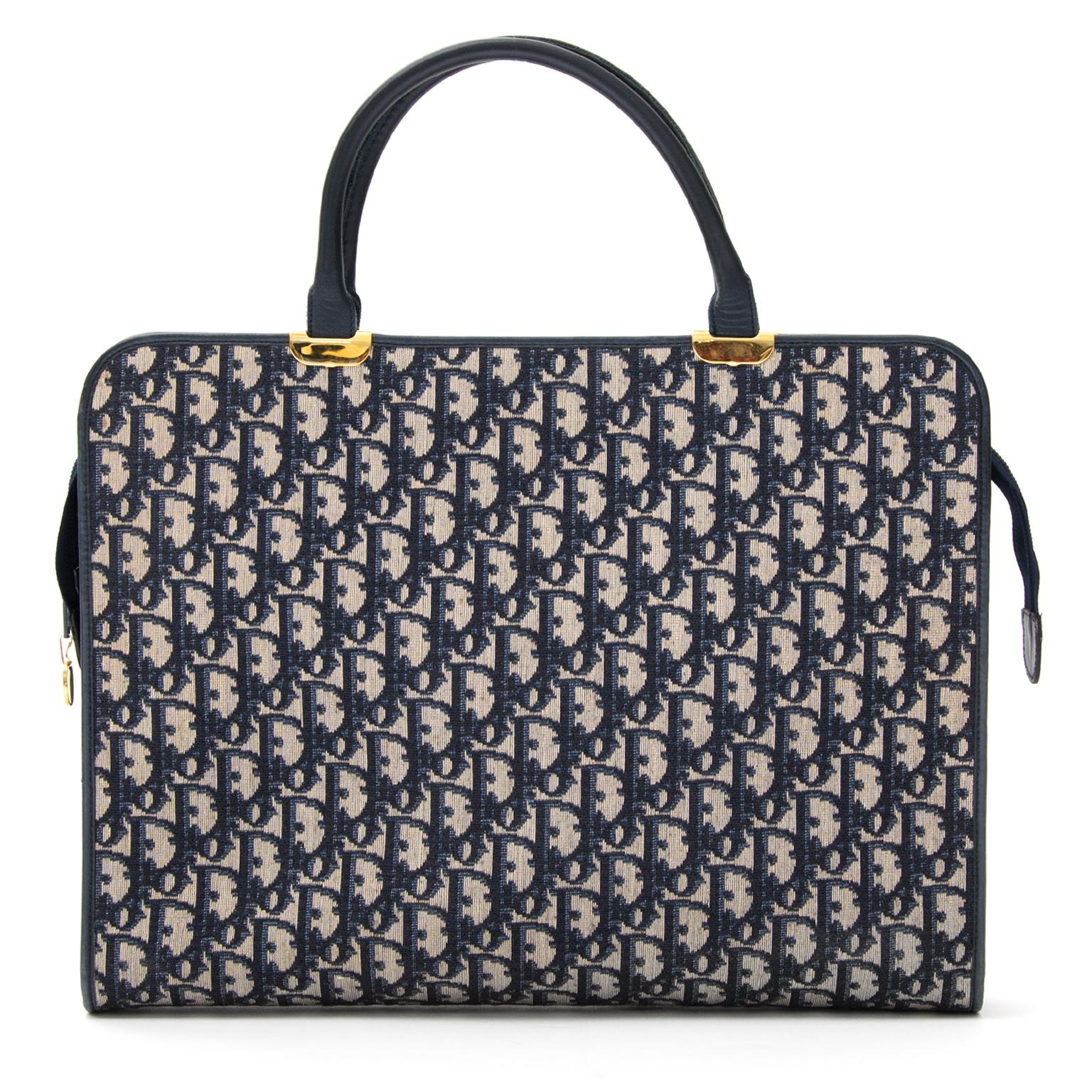 Koop tweedehands monogram laptop tas van Dior bij Labellov Antwerpen.