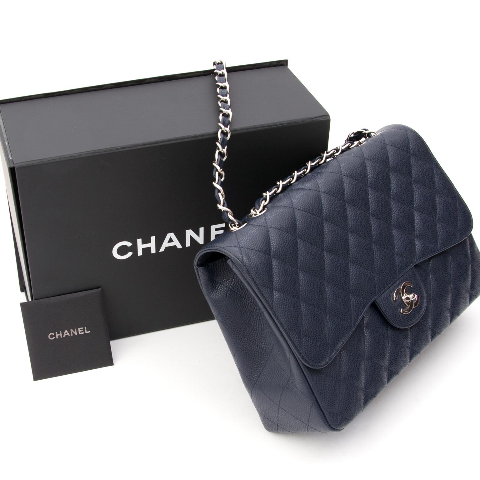 276c5a7f2f5448 Koop Chanel Navy Jumbo Classic Flap in kaviaar leder aan de beste prijs bij  Labellov Antwerpen