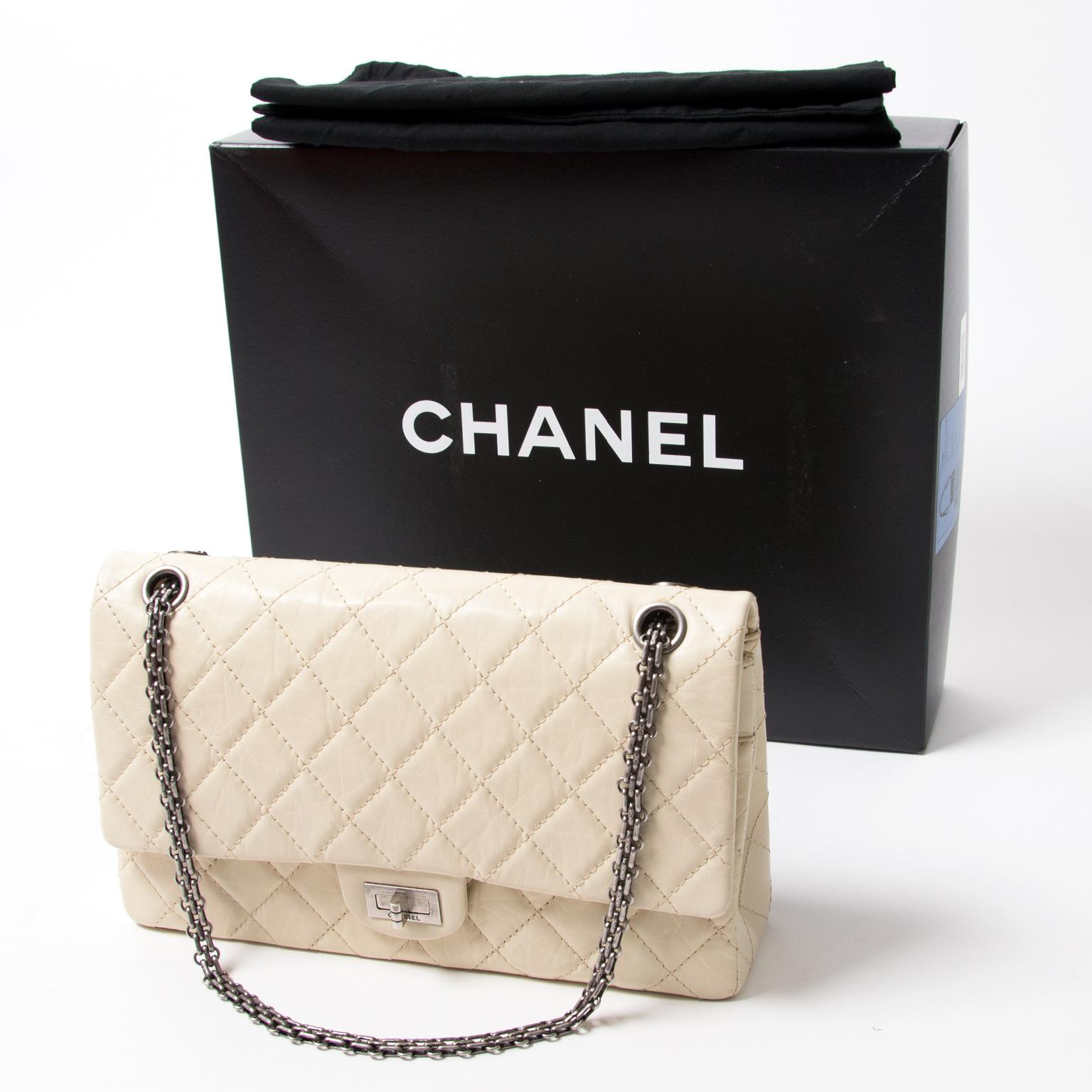 9e329eb2239335 chanel 2.55 medium flapbag in perfect condition 100% authentic vintage  luxury net als nieuw witte chanel 2.55 reissue 100% authentiek tweedehands  merk tas ...