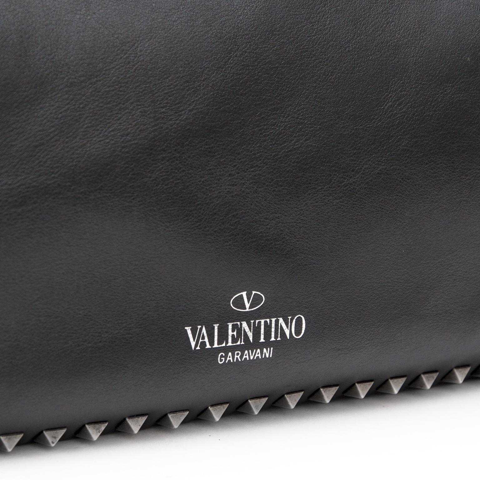 Valentino Rockstud Tote Medium Black tweedehands luxe tassen moet u bij Labellov zijn. De online platform voor luxe goederen biedt een veilige en betrouwbare winkelervaring voor handbag lovers.