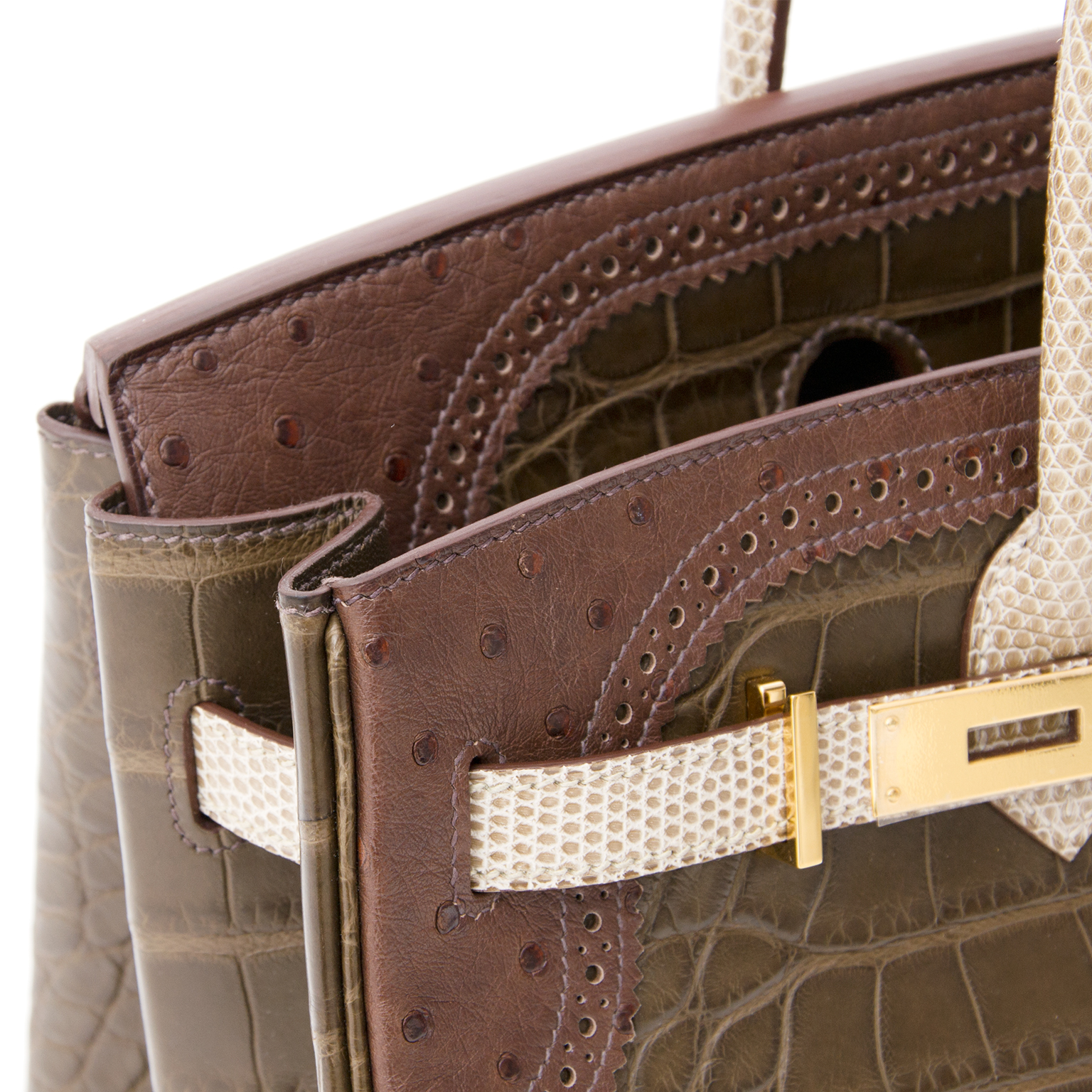 Koop deze prachtige Birkin bag bij Labellov, een online platform voor vintage prelovedluxe handtassen. Hermès Birkin 35  'Grand Marriage Ghillies' Gris Elephant Alligator, Marron Fonce Ostrich, And Ficelle Lizard