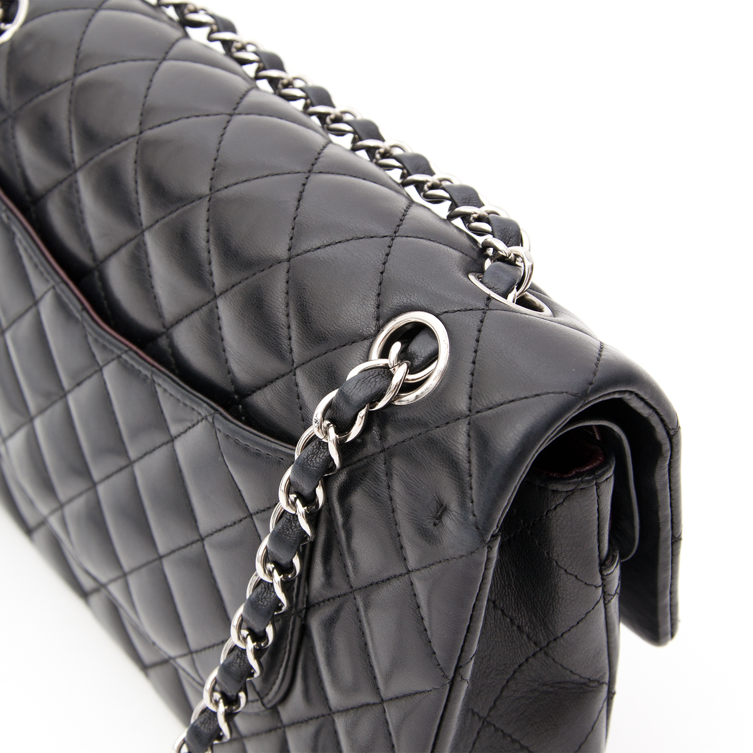 1c1eb81eb341 Buy this beautiful black classic Chanel Labellov, een online platform voor  tweedehands luxe tassen. Chanel Classic Flap Medium Quilted Lambskin