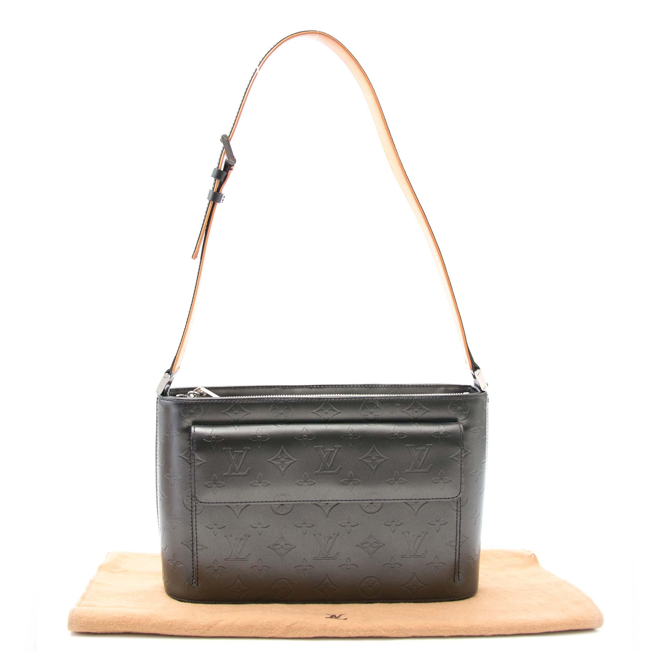 Achetez le Louis Vuitton Metalgun Monogram Mat Alston Bag online or in store at Labellov in Antwerp Belgium, designer items at the best prices, lots of bags and items.
