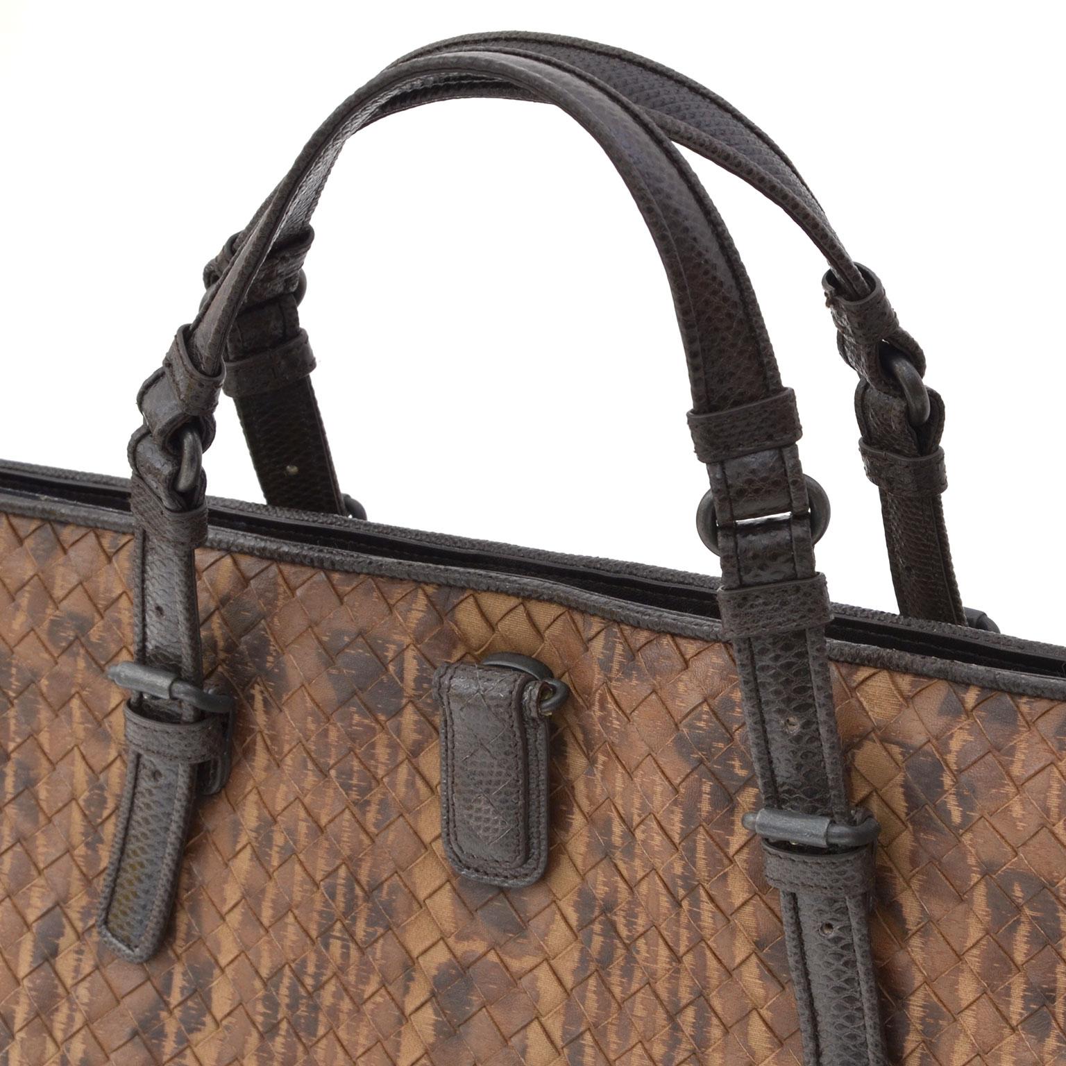 cc83e51ed5d8 Bottega Veneta Woven Doctors Purse Brown. Koop authentieke vintage designer  handtassen bij LabelLOV Antwerpen.