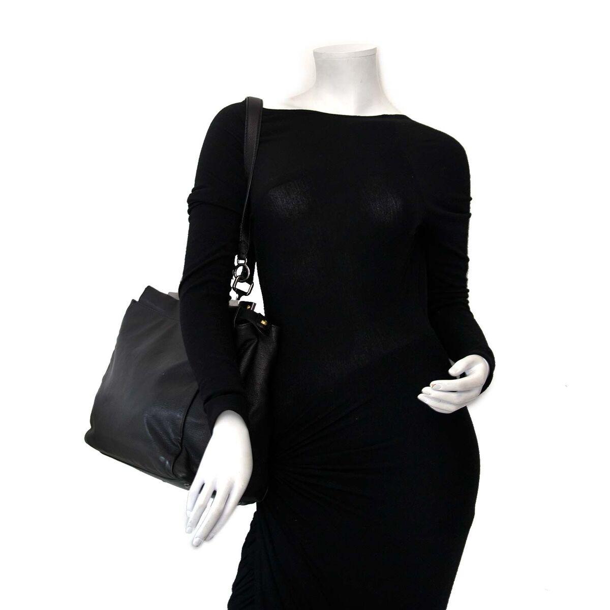Koop authentieke tweedehands Fendi Peekaboo in het zwart aan een eerlijke prijs bij LabelLOV. Veilig online shoppen.