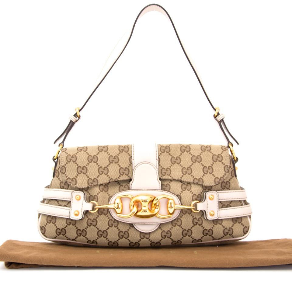 Authentieke Gucci Beige Monogram schoudertas met wit en goud voor de juiste prijs bij LabelLOV vintage webshop. Gucci Beige Monogram Purse with white and gold. Veilig online winkelen. Luxe, vintage, mode. Antwerpen, België.