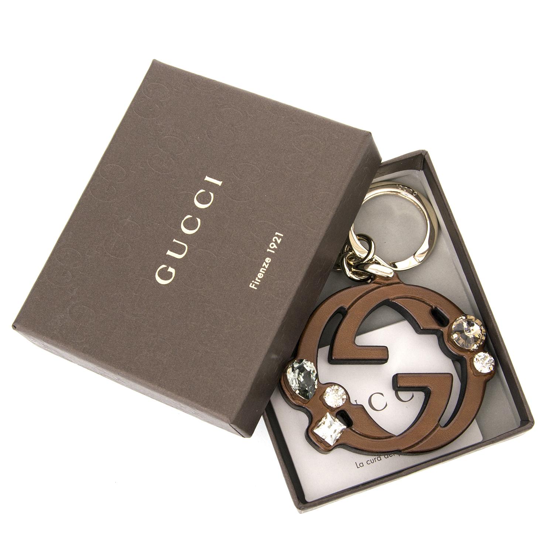 Koop nu 100% authentiek Gucci bruine logo sleutelhanger aan de beste prijs bij Labellov