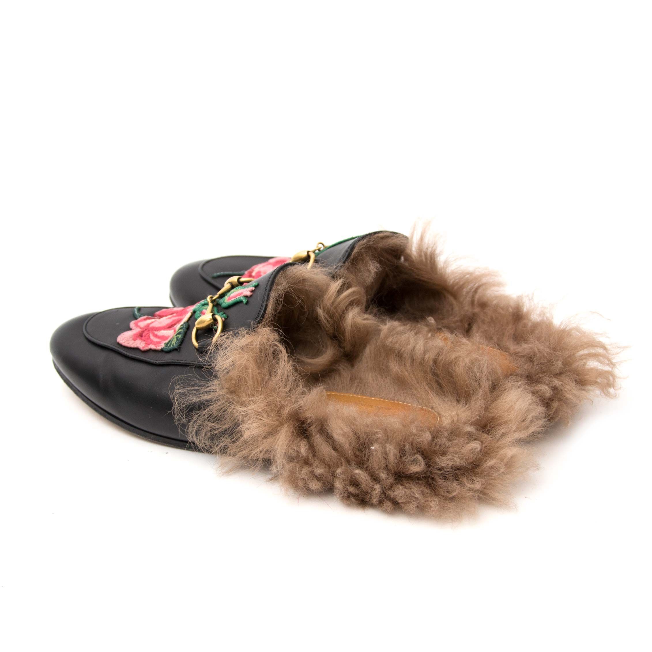 380a9bc1d1ea11 ... Labellov secondhand luxury Koop uw authentieke Gucci Princetown  Embroidered Fur Slide Loafers