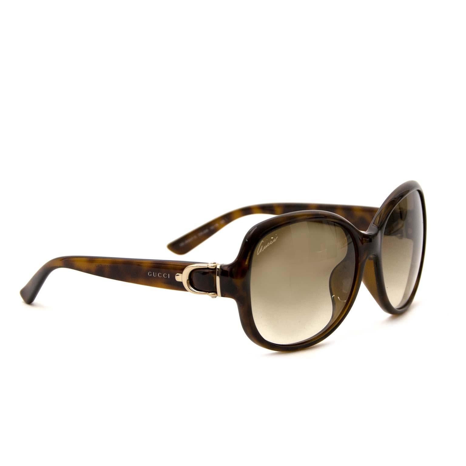 Buy secondhand Gucci sunglasses at Labellov. Safe online shopping. Koop tweedehands Gucci zonnebril bij Labellov. Veilig online shoppen. Achetez des lunettes de solei d'occasion Gucci chez Labellov. Achats en ligne en toute securité.