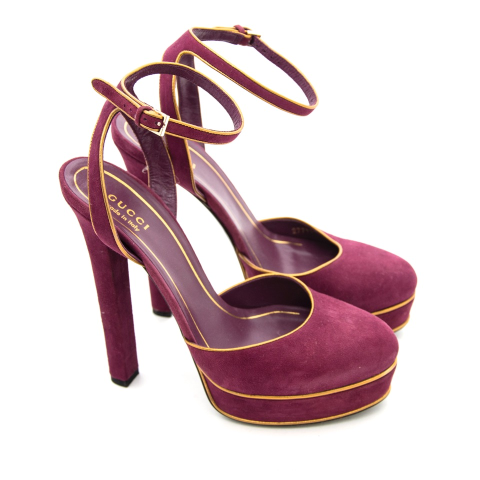Buy Gucci Purple Huston Mary Jane Platform Suede Pumps at the right price at LabelLOV vintage webshop. Luxe, vintage, fashion. Safe and secure online shopping. Antwerp, Belgium.