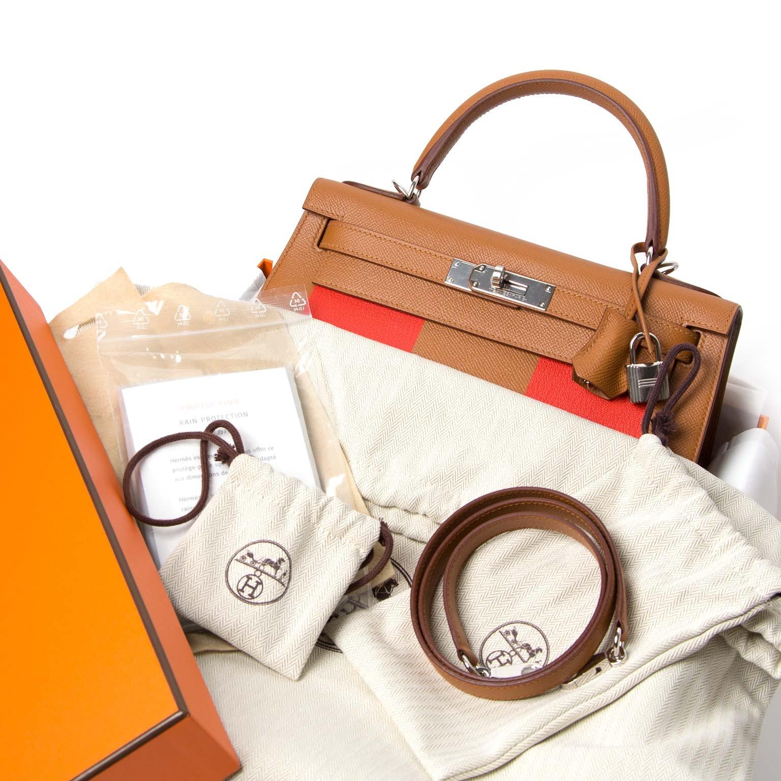 op zoek naar een Hermès Kelly Sellier 28 Lettre H Epsom/Mysore/Sombrero PHW Gold/Capucine/Rouge H ? Koop hem nu bij labellov.com