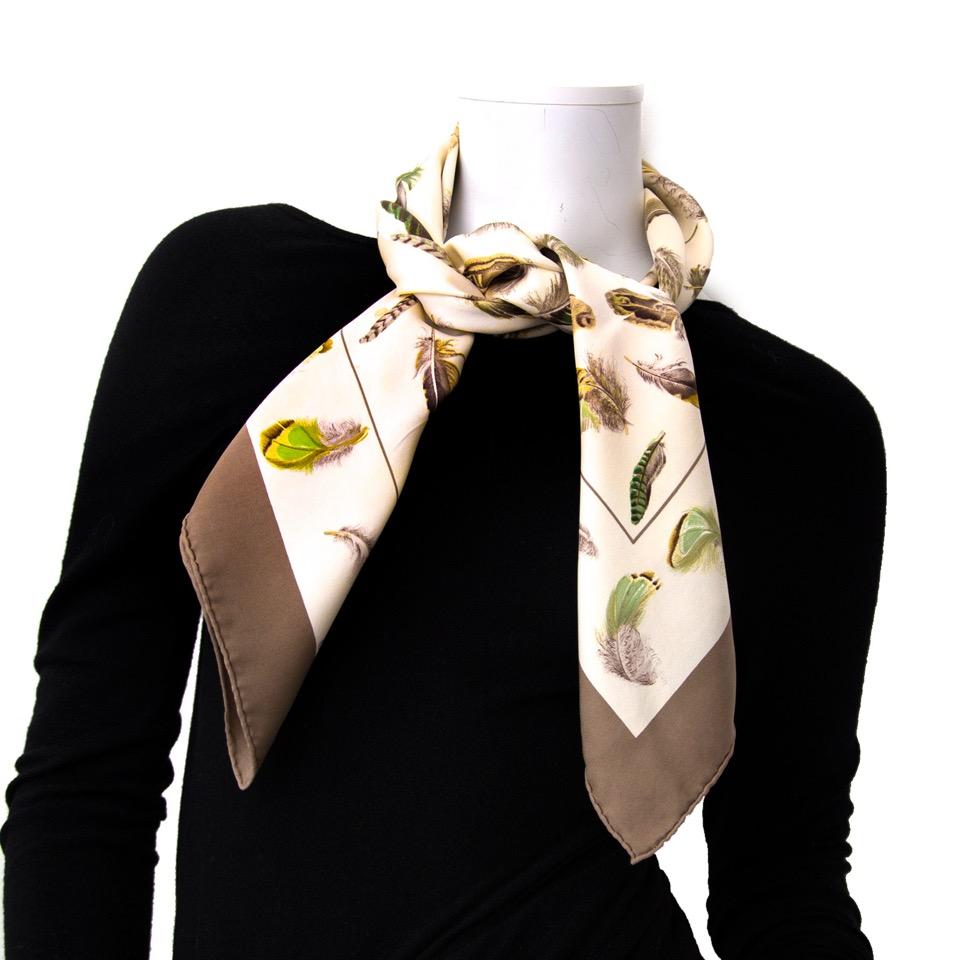 Vintage Hermès Carré scarf for the best price at Labellov webshop. Safe and secure online shopping with 100% authenticity. Vintage Hermès Carré foulards pour le meilleur prix.