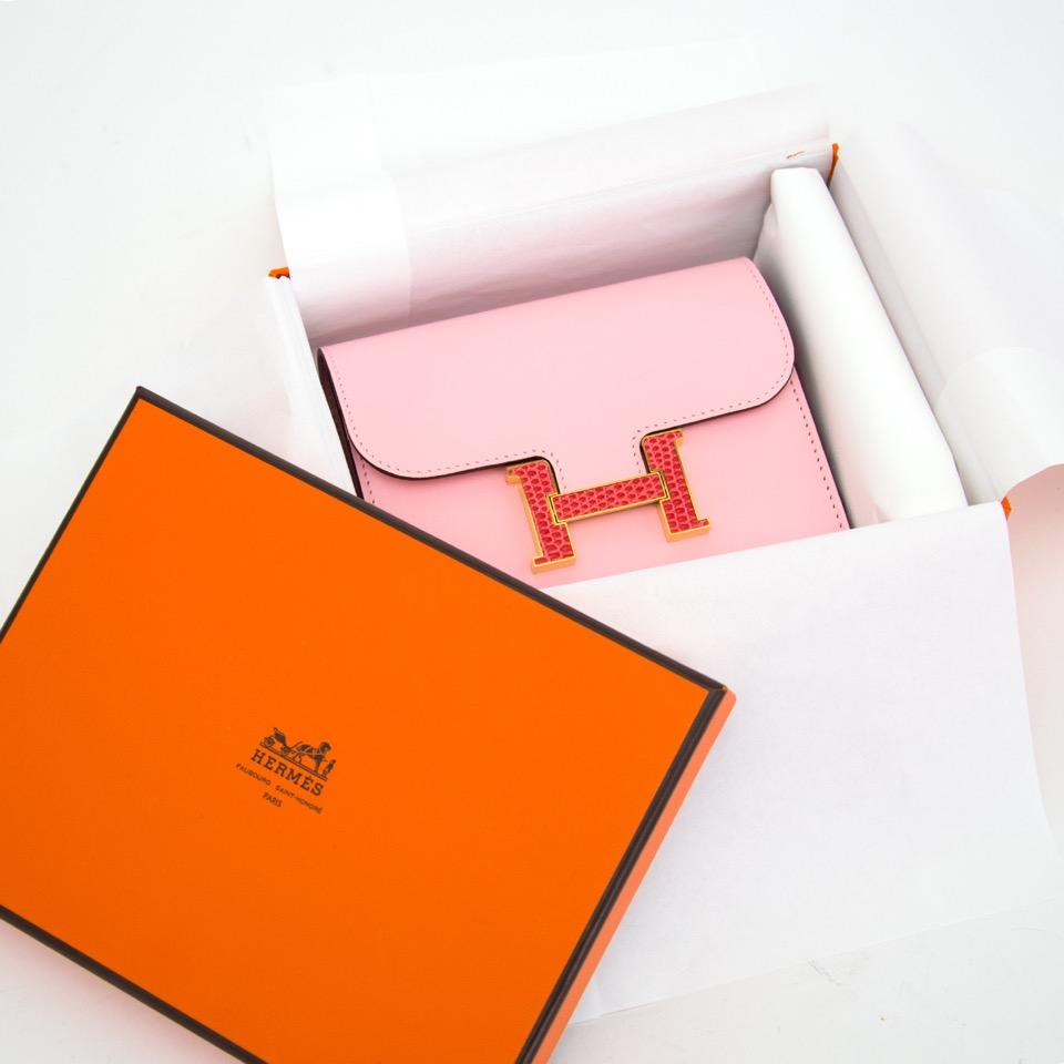 Authentieke nieuwe rose Hermes constance compact portomonnee voor juiste prijs bij LabelLOV vintage webshop. Brand New Pink Hermes constnace compact wallet. Veilig online winkelen. Luxe, vintage, mode. Antwerpen, België.