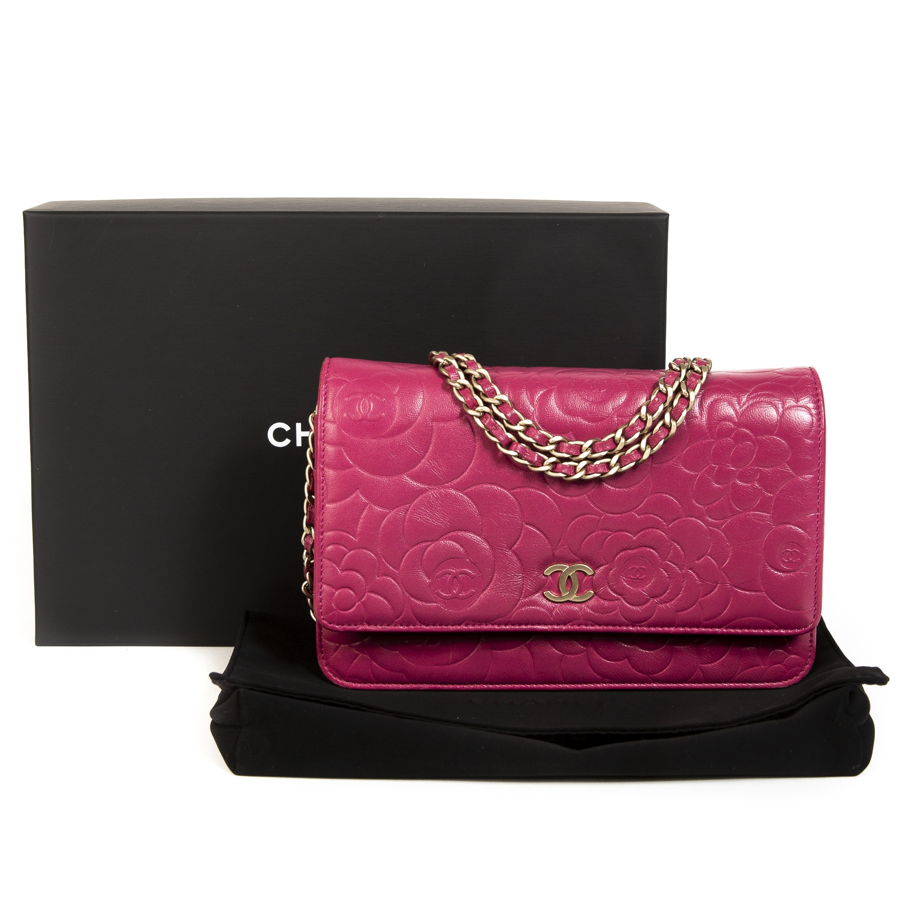 d489ceb9af3b ... Koop uw authentieke Chanel Pink Leather Floral Wallet On Chain aan de  beste prijs